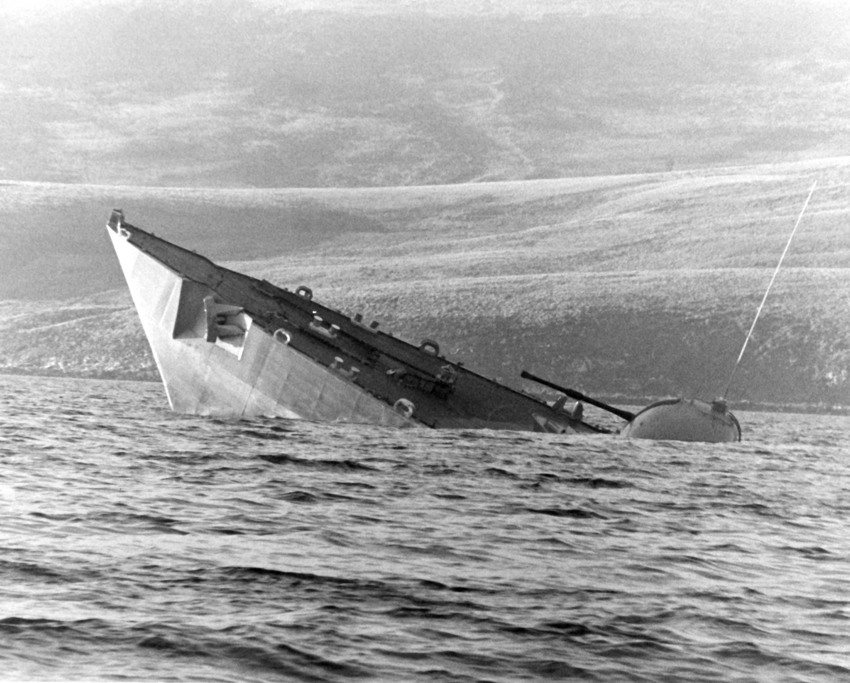 أسلحة صنعت الحدث - صفحة 3 Ship_Sinking_Falklands_Islands_War_HMS_Antelope
